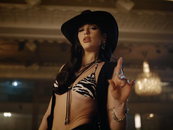 Guarda Dua Lipa diventare una cowgirl (e cavalcare un toro meccanico) nel suo nuovo video