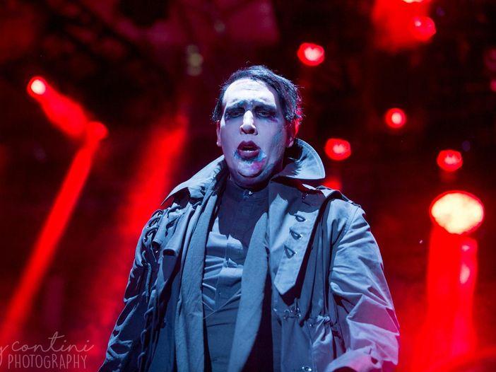 Marilyn Manson: primo concerto dopo l'incidente, tra sedia a rotelle, armi (finte) e il nuovo bassista - VIDEO