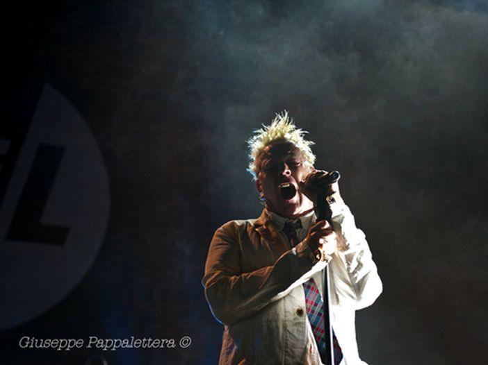 Public Image Ltd., John Lydon colpito alla testa da una bottiglia in concerto: ma anche se sanguina, continua a cantare - VIDEO