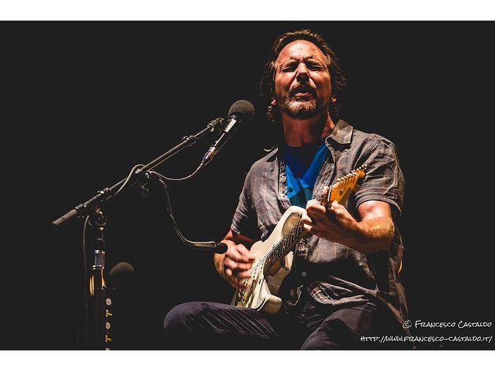 Eddie Vedder suona 'Maybe It's Time' dalla colonna sonora di 'A Star Is Born' in Arizona – VIDEO