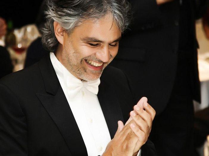 """Andrea Bocelli, esce l'album """"Cinema"""". Guarda il video di """"Nelle tue mani"""" con John Travolta"""