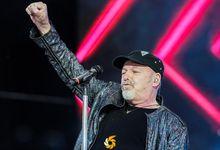 """Sanremo 2021, Fiorello prende in giro Vasco cantando """"Gli scavi sopra"""". VIDEO"""