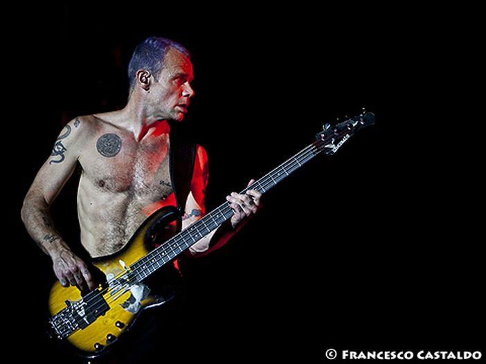 Los Angeles: Flea (Red Hot Chili Peppers) suona l'inno americano al basso per l'addio al basket di Kobe Bryant - VIDEO