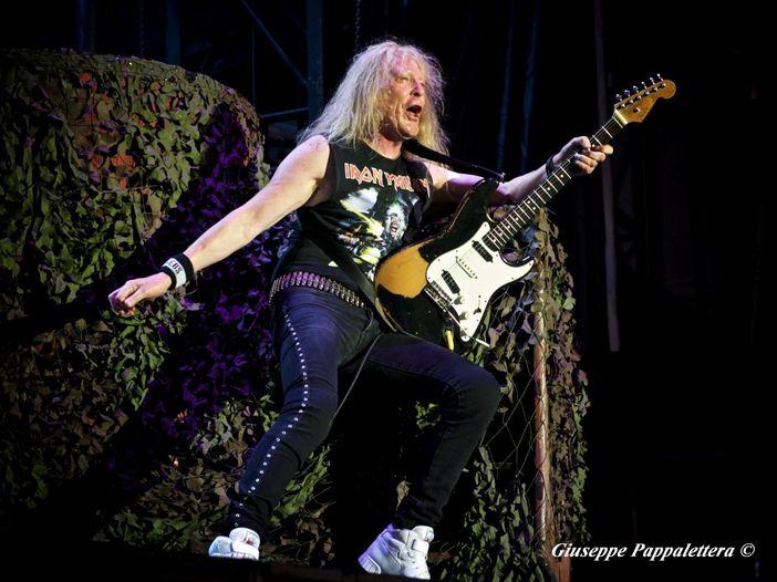 Janick Gers (Iron Maiden), la sua chitarra vola tra la folla - VIDEO