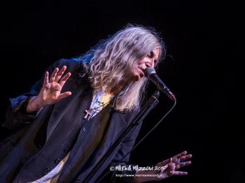 Patti Smith, busker per un giorno nelle strade di Manhattan. Guarda il video.