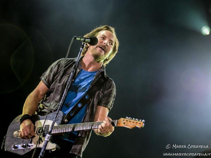Pearl Jam, al concerto di Chicago una cover di David Bowie e Dennis Rodman (che cita la Corea del Nord) sul palco - VIDEO