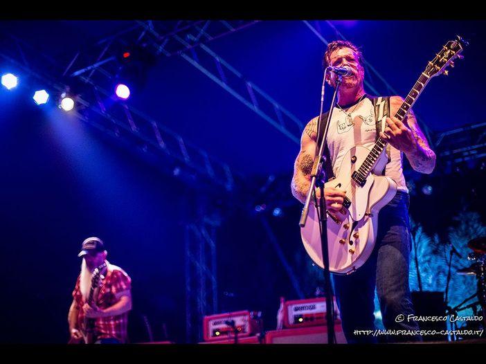 Eagles Of Death Metal, Jesse Hughes si domanda: 'Perché così poca security al Bataclan la sera del 13 novembre?'