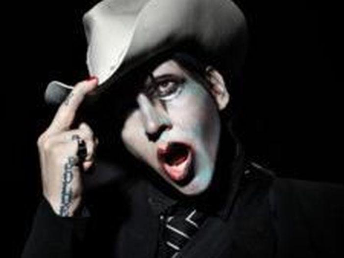 """Marilyn Manson, il suo ex assistente: """"Ha minacciato di morte l'attuale moglie"""""""