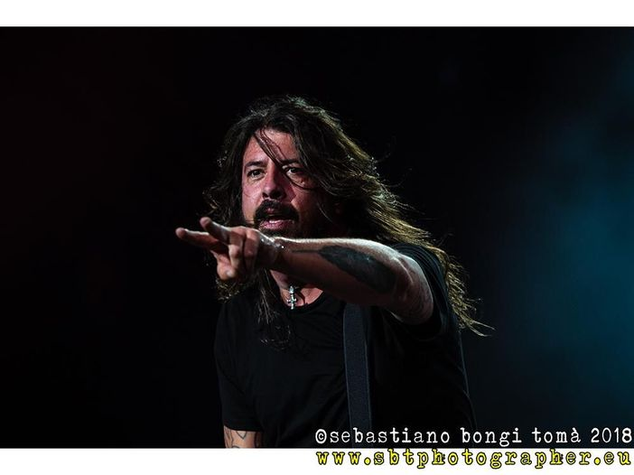 Dave Grohl durante un concerto dei Foo Fighters chiama sul palco un bimbo cieco - VIDEO