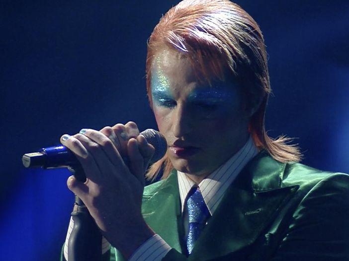 Sanremo 2020: Achille Lauro si presenta sul palco vestito da David Bowie