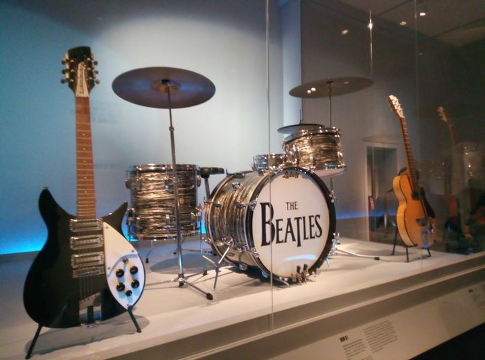 https://a6p8a2b3.stackpathcdn.com/3ZfkXWgYJ5WfsWW1jX8otuX5s6s=/700x0/smart/rockol-img/img/foto/upload/chitarra-john-batteria-ringo-chitarra-george.jpg