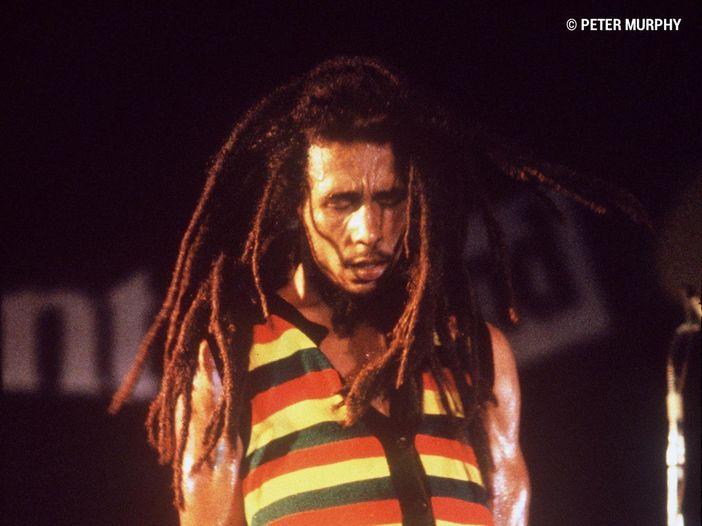 Bob Marley avrebbe 75 anni: le sue 10 canzoni più belle, fra protesta e amore