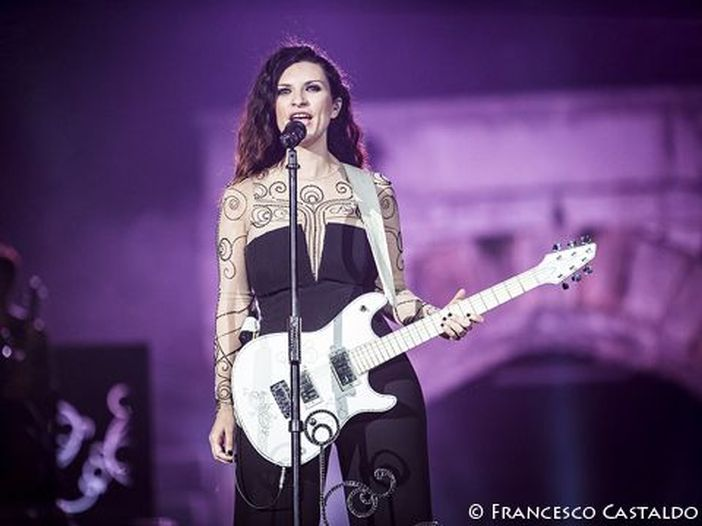 Laura Pausini, debutto come produttrice: al lavoro con il rocker Kike JM - VIDEO