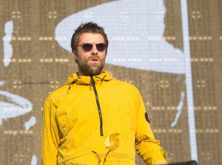 """Liam Gallagher con il volto sfigurato: """"Sono caduto dall'elicottero"""""""