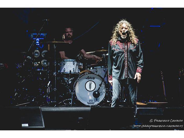 Robert Plant e Chrissie Hynde, duetto a sorpresa durante un concerto: cantano '2000 miles' dei Pretenders - VIDEO