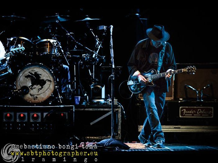 Il pubblico batte il tempo, Neil Young si arrabbia