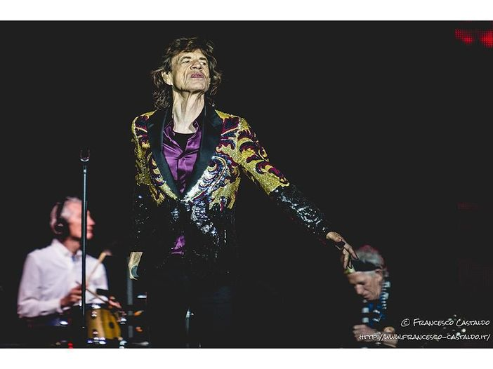 Mick Jagger in un piccolo bar non viene riconosciuto