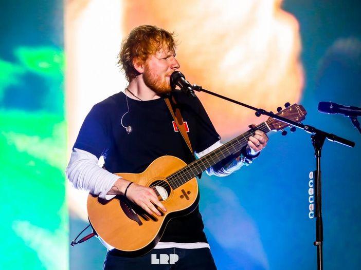 Ed Sheeran torna ad esibirsi. In un'arena, con il pubblico. E canta pure un inedito