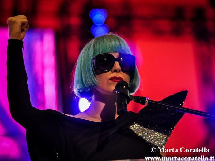 New York, Lady Gaga scende in strada in reggiseno - FOTO