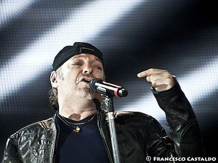 Vasco Rossi esulta per la vittoria dei Maneskin al festival di Sanremo