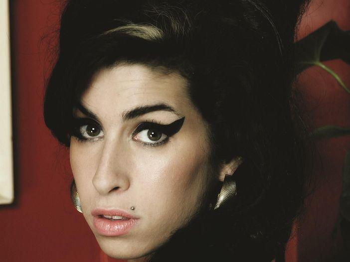 Amy Winehouse: per il coroner la causa di morte fu 'abuso di alcol'