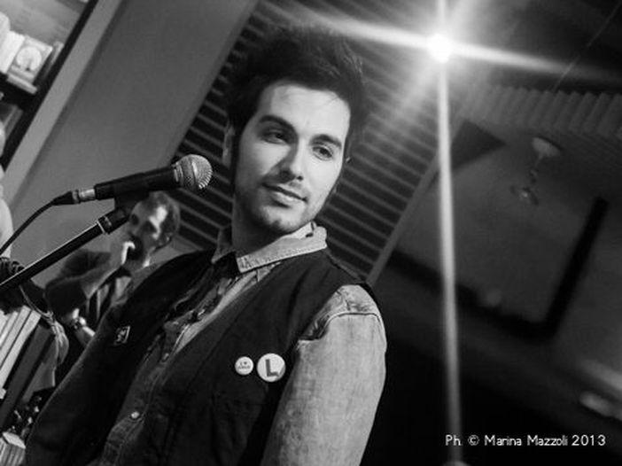 'Un palco per Amatrice': Antonio Maggio canta dal vivo 'Mi servirebbe sapere' - VIDEO
