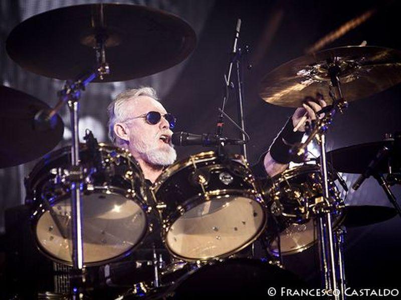 Queen, ecco perché Roger Taylor indossava una maschera da sub durante un concerto in Australia. Video