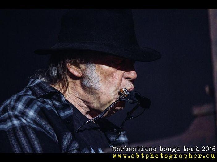 Neil Young abbandona Facebook e lancia il suo sito-archivio