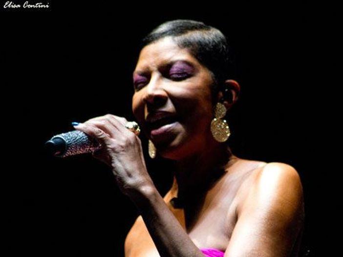 Natalie Cole, ai suoi funerali lunedì canterà Chaka Kahn