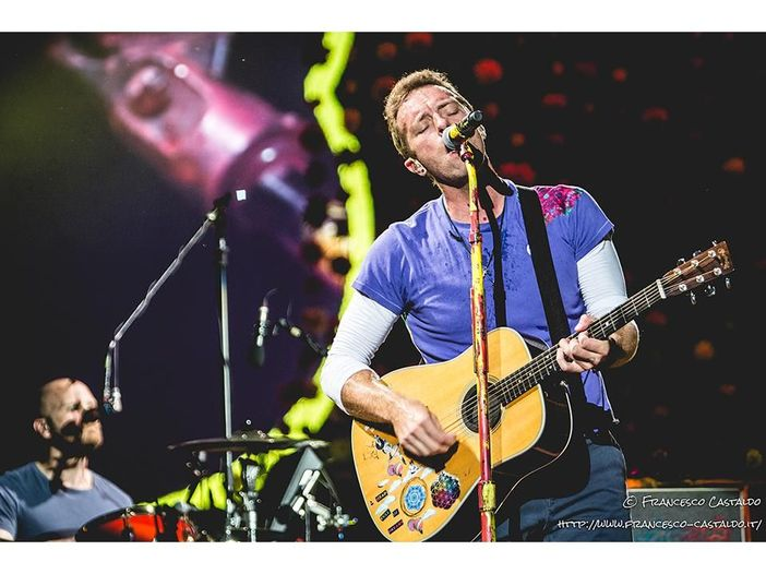 I Coldplay in concerto omaggiano Chester Bennington - VIDEO