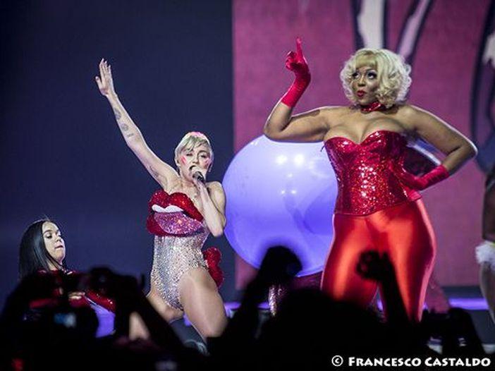 Miley Cyrus rifà Billie Eilish in chiave jazz: ascolta
