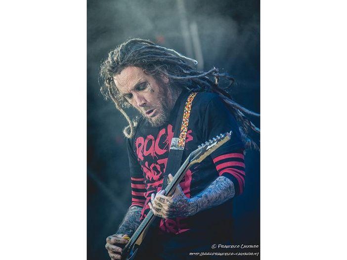 Debutta come solista Head, l'ex chitarrista dei Korn