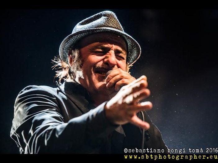 """Tonino Carotone, il nuovo singolo è """"No dollar"""". Ascolta"""