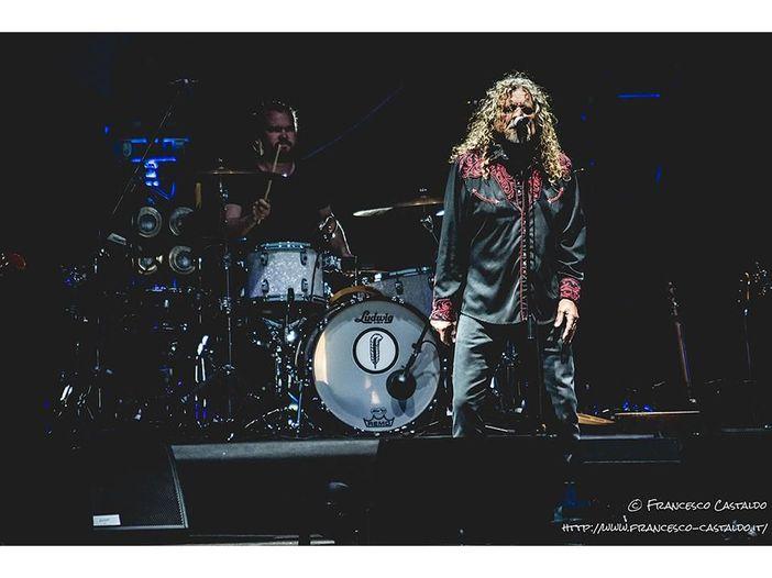 Robert Plant, tre cover di Elvis dal vivo in stile rockabilly al compleanno della ex moglie - VIDEO