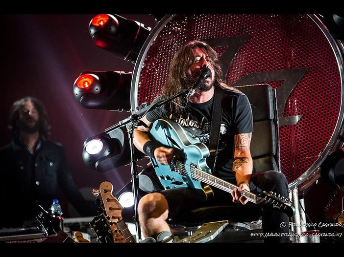Foo Fighters, Davde Grohl invita sul palco un fan per suonare insieme - VIDEO