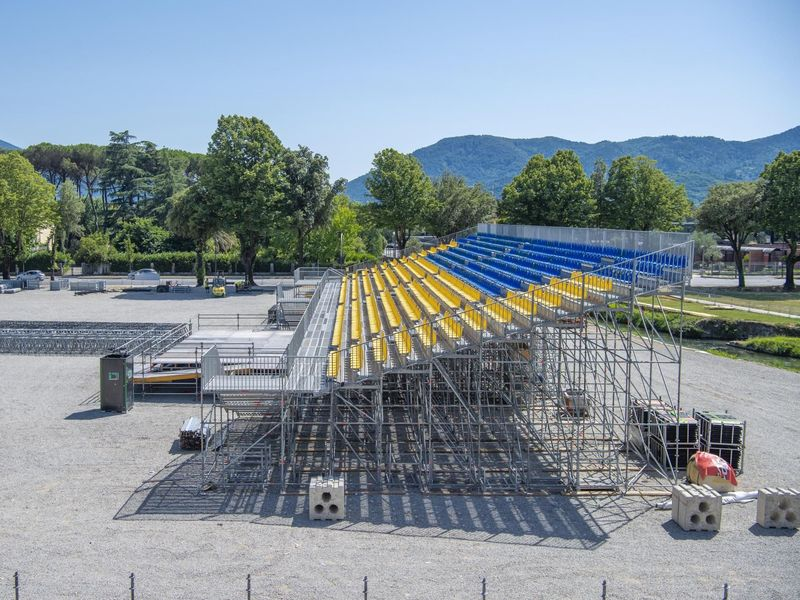 L'allestimento del palco per il concerto di Lucca, l'11 luglio 2018