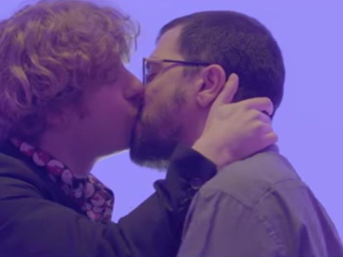 Lo Stato Sociale, baci gay nel video di 'Vorrei essere una canzone' - GUARDA