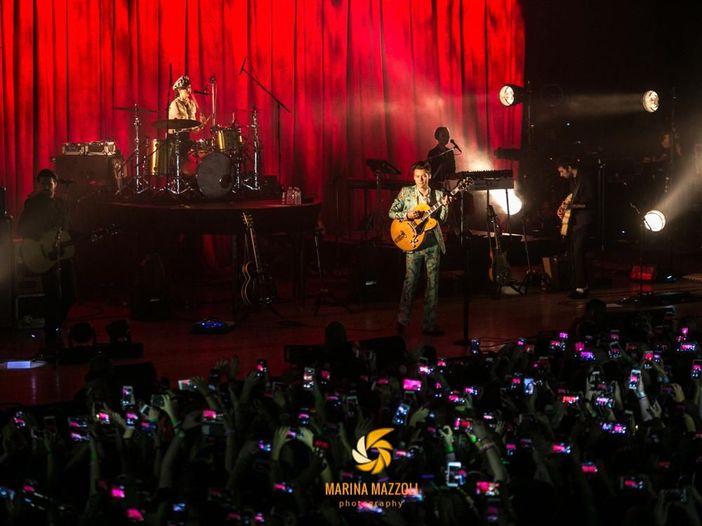 Harry Styles spedisce pizza e cioccolata calda ai fan accampati per il suo concerto a Londra