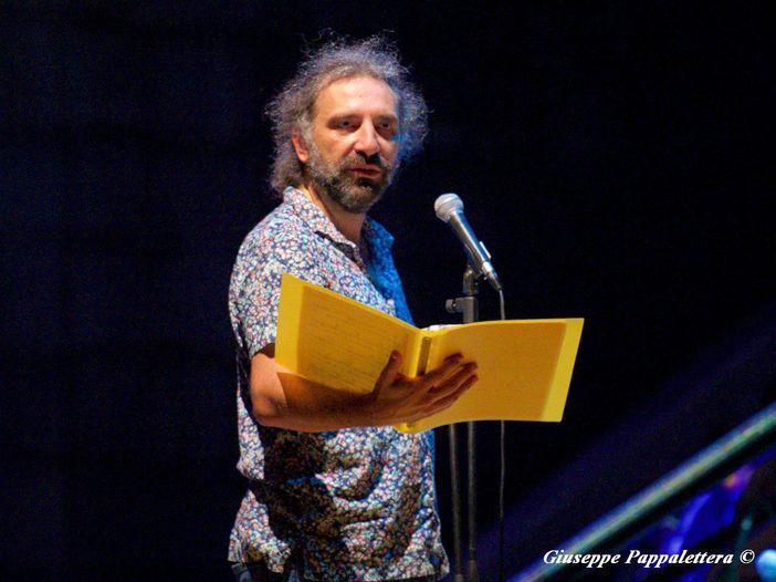 Stefano Bollani, gli alieni e lo scrivere canzoni: la videointervista