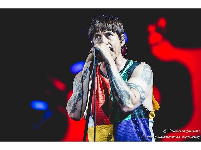 "Anthony Kiedis canta parole incomprensibili sul classico dei Red Hot Chili Peppers ""Californication"" - VIDEO"