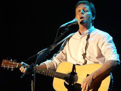 70 anni, e Paul McCartney regala il suo basso