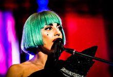 Quella volta che Lady Gaga, travestita da uomo, si esibì insieme a Brian May. Video