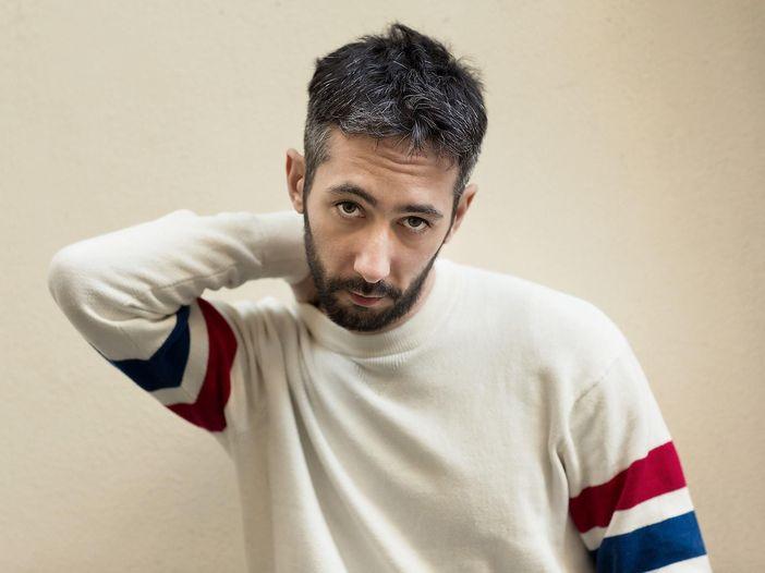 Artù, il nuovo singolo 'Ti voglio' è un pezzo incompiuto di Rino Gaetano – VIDEO