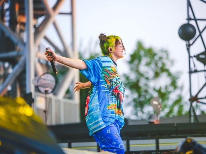Billie Eilish subisce un furto durante un concerto. Video
