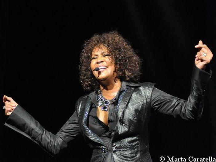 "Whitney Houston: il docu-film ""Whitney"" svela che da ragazzina venne molestata sessualmente dalla cugina Dee Dee"