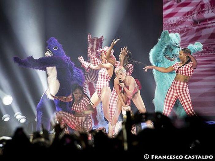 MTV VMA 2015, è (ancora) Cyrus contro Cyrus: il Parents Television Council (con Billy Ray nel comitato) contro il network per 'sessualizzazione sfacciata'