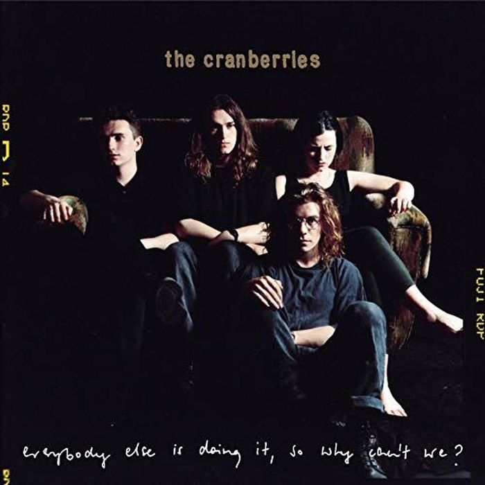 https://a6p8a2b3.stackpathcdn.com/Dibj5GcuHo2nuw0SQUGcsqigqaM=/700x0/smart/rockol-img/img/foto/upload/everybody-else-is-doing-it-cranberries-the-cover-ts1536627408.jpg