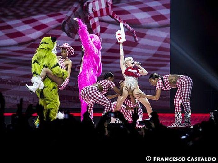 Miley Cyrus chiude il 'Milky Milky Milk Tour' con Pamela Anderson, sex toys e drag queen - VIDEO E FOTO