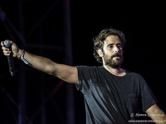 Tommaso Paradiso esegue 'Non avere paura' sul balcone: video
