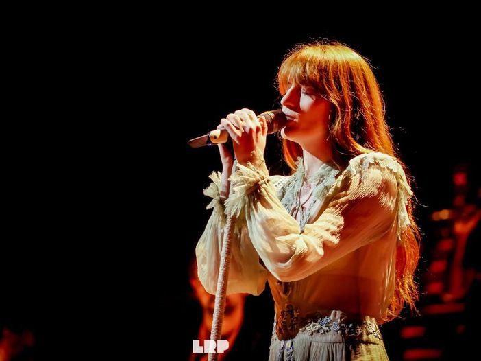 Florence and The Machine: due fan si fidanzano sul palco durante il concerto